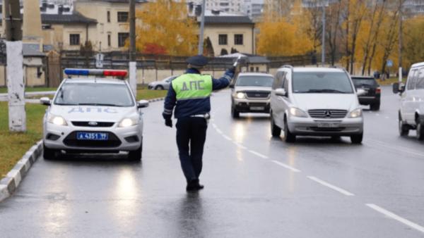 Сотрудник ГИБДД останавливает авто