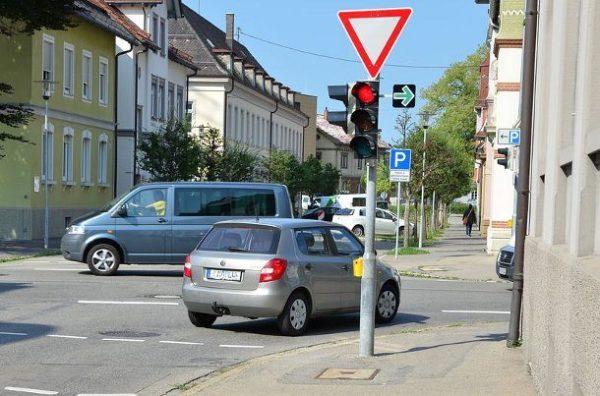 Автомобиль поворачивает направо