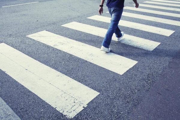 Пешеход переходит дорогу